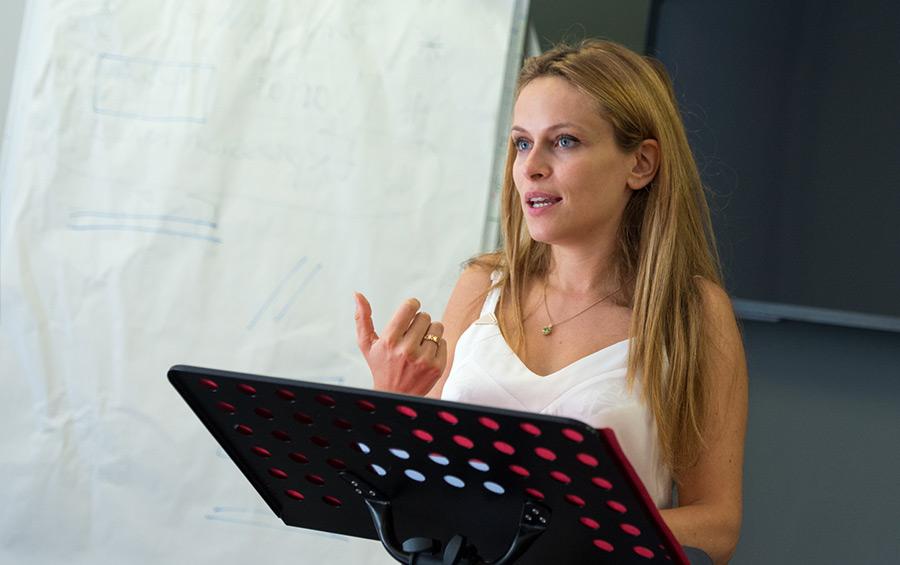 Jeune femme prenant la parole en public